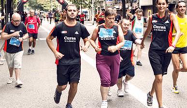 Persones amb discapacitat participant en una cursa popular de la ciutat