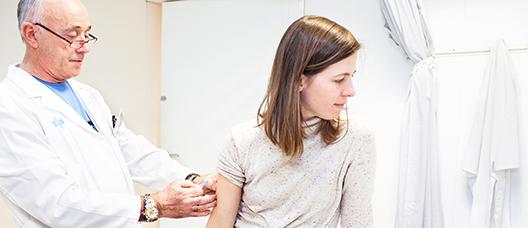 Mujer que se está vacunando