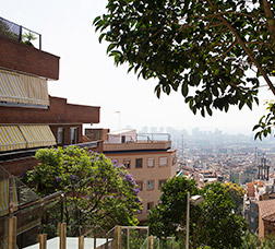 Vista de Barcelona amb el cel congestionat per la pol·lució.