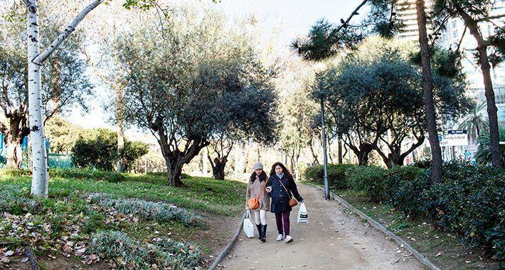 Dues dones caminant pel parc del Litoral