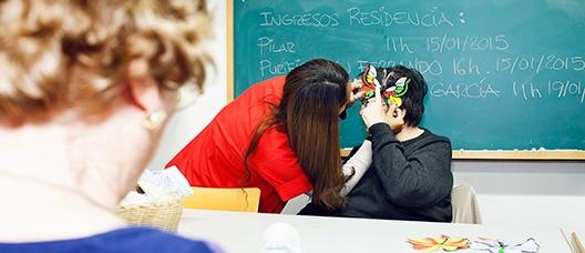 Grupo de personas participando en un taller de máscaras en una residencia