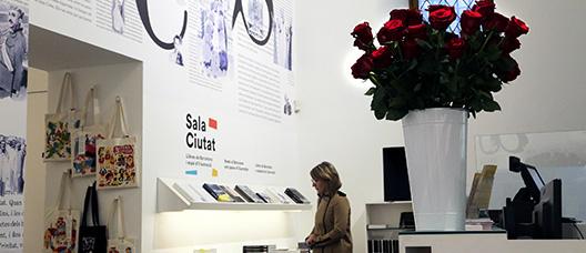 Una mujer mira libros en la Sala Ciutat