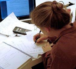 Imagen de una chica estudiando