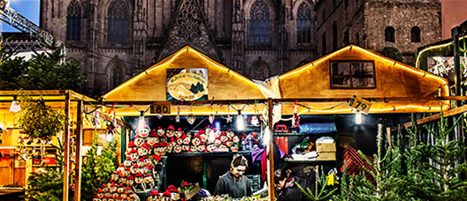 Tió-selling stall with the Cathedral in the background