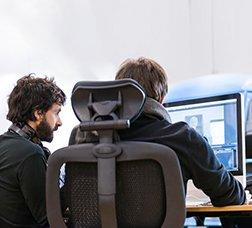 Dos nois davant d'un ordinador