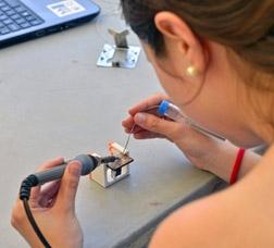 Una dona construeix una petita placa solar