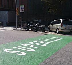 Señal de superisla pintada en la calzada de una calle del Poblenou
