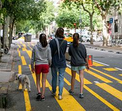Una família passeja el gos per l'ampliació d'espai per a vianants del carrer del Consell de Cent