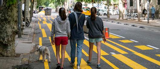 Una familia pasea a su perro por la ampliación de espacio para peatones de la calle del Consell de Cent