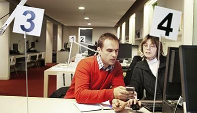 Home fent una consulta per iniciar un projecte laboral a Barcelona Activa